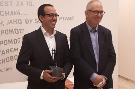 Burhan Sönmez New York'ta düzenlenen bir törenle Vaclav Havel Ödülü'nü aldı.